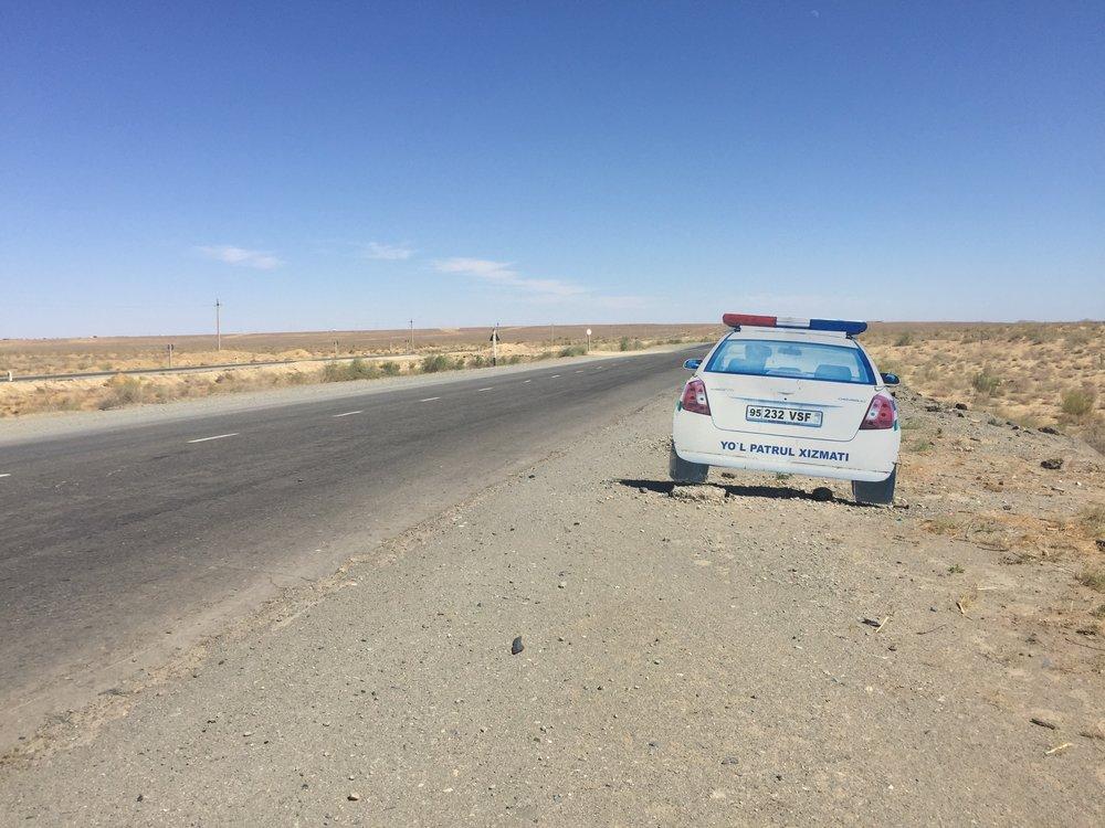 L'auto de police en carton sur l'autoroute ouzbèque.