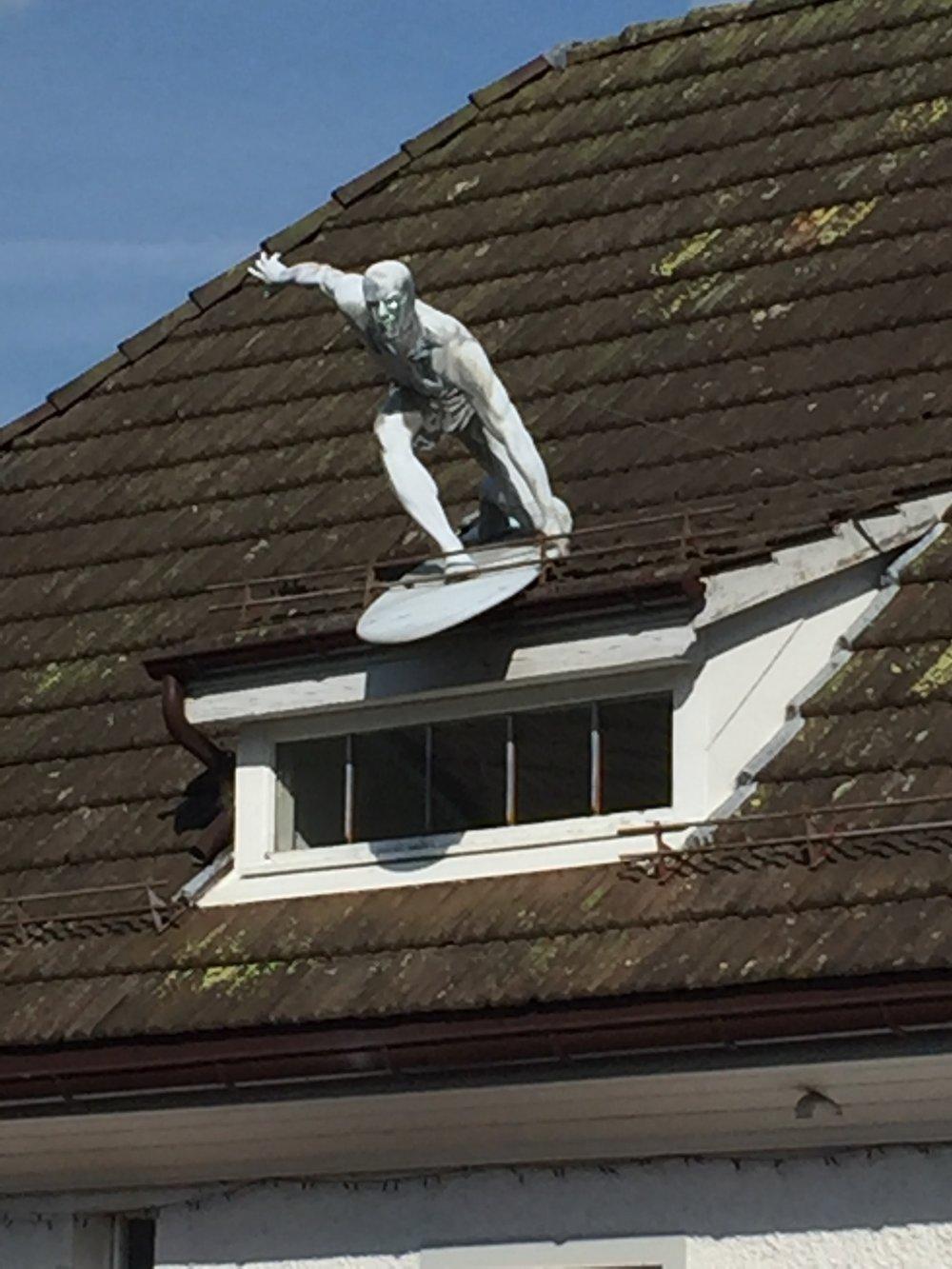 Un surfeur sur le toit, rien de plus beau pour agrémenter la maison dans les Alpes !