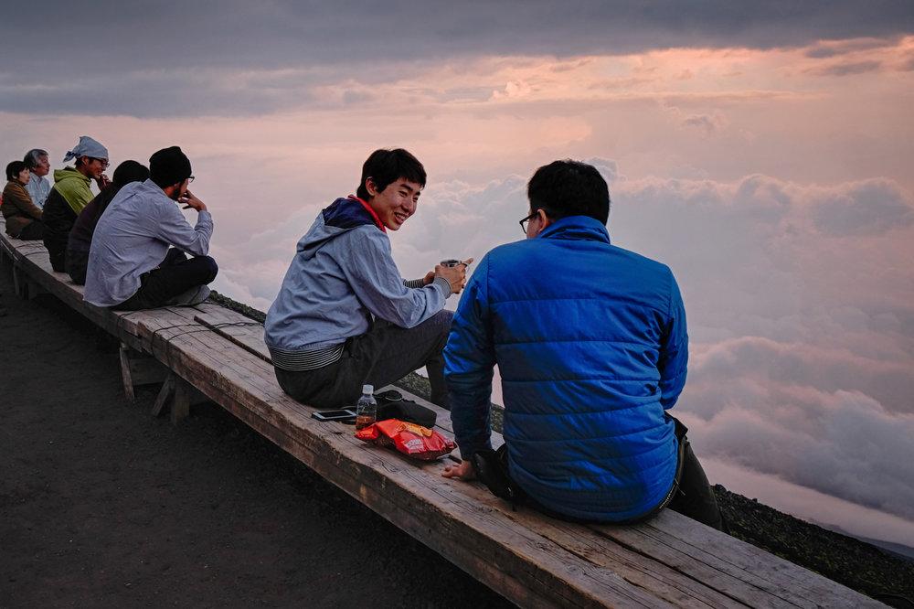 Quelques Japonais à l'extérieur d'un refuge sur la montagne.