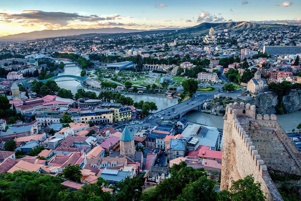 Tbilissi, la vieille et moderne capitale de la Géorgie.  Cliquez pour le texte original .