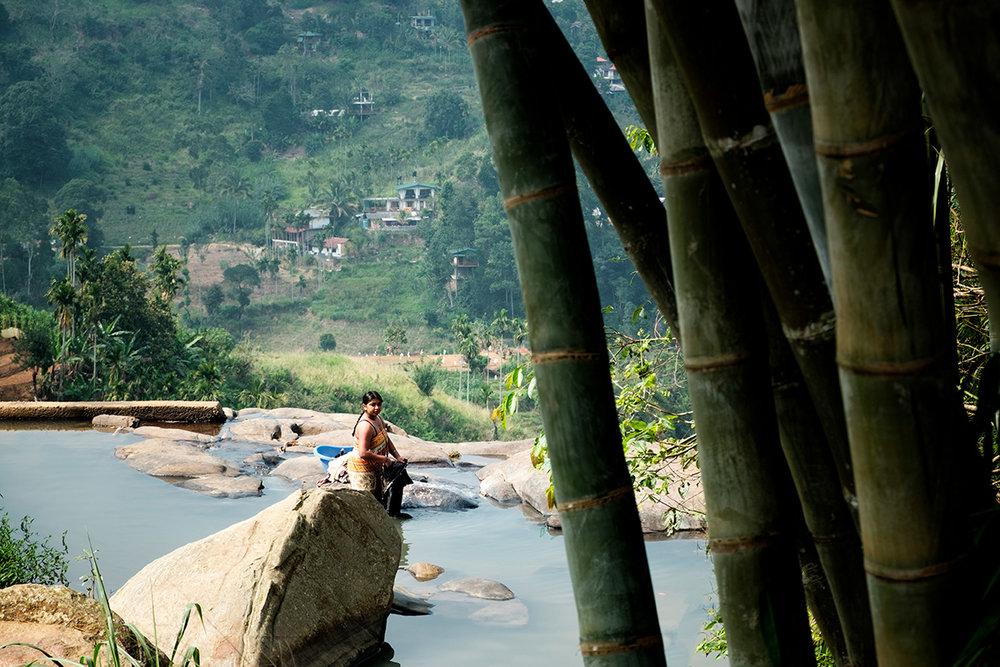 La vie généralement pauvre des habitants locaux, devant faire leur lessive dans les rivières.