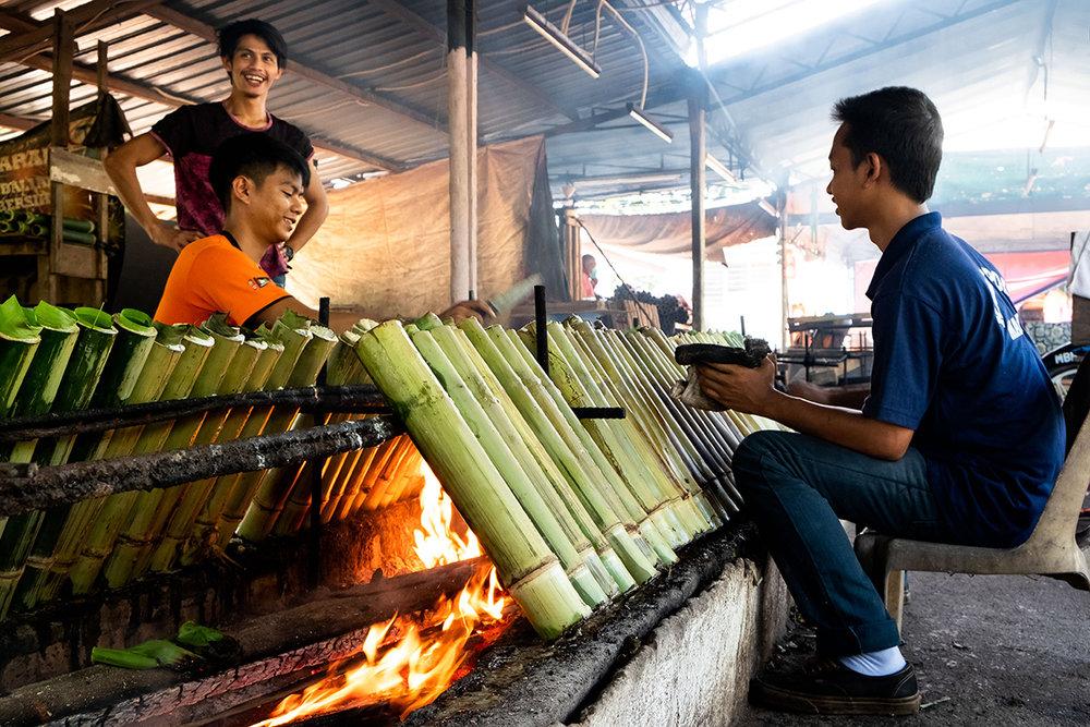 La préparation du Lemang ne saurait être plus artisalane.