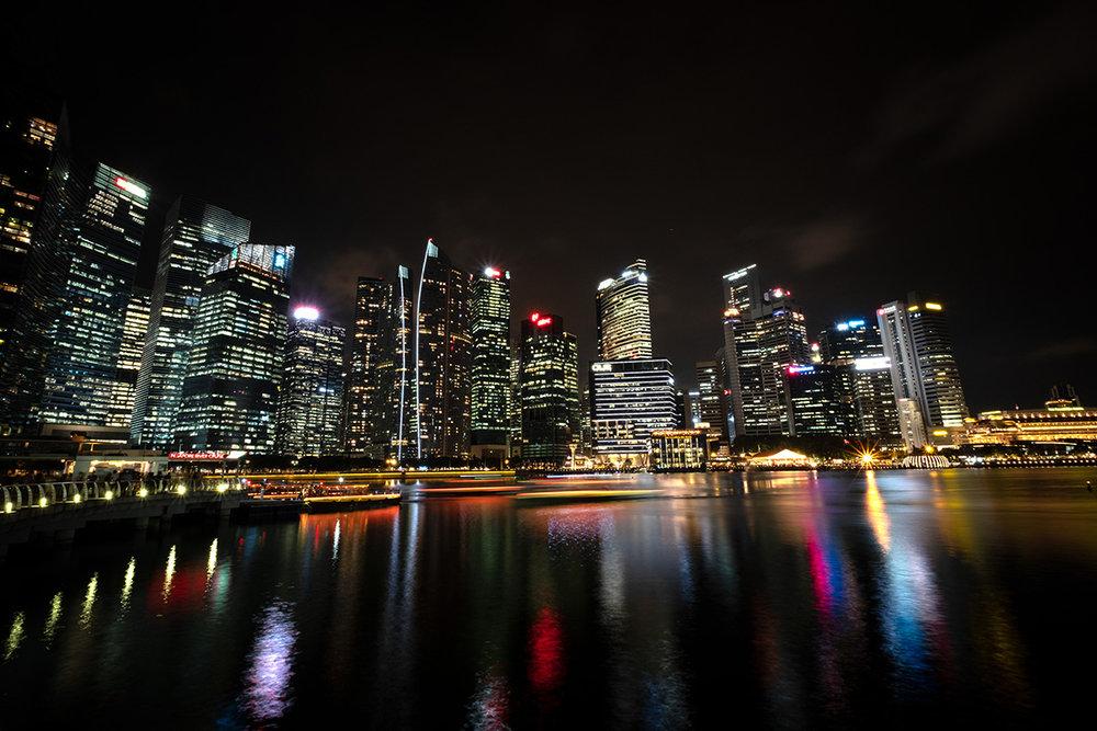 Singapour est radicalement urbaine, propre et ordonnée, surtout au  Central Business District .