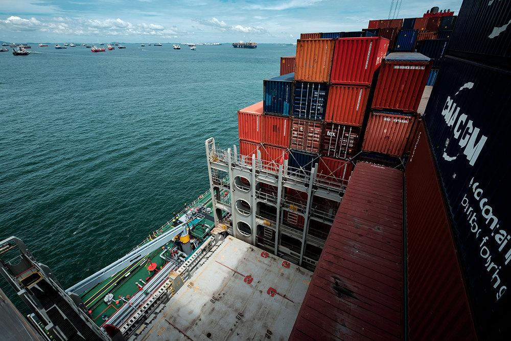 Chargement du bateau, au port de Singapour.