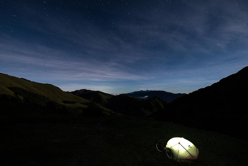 Nuit froide et bleutée au sommet du mont Wuling.