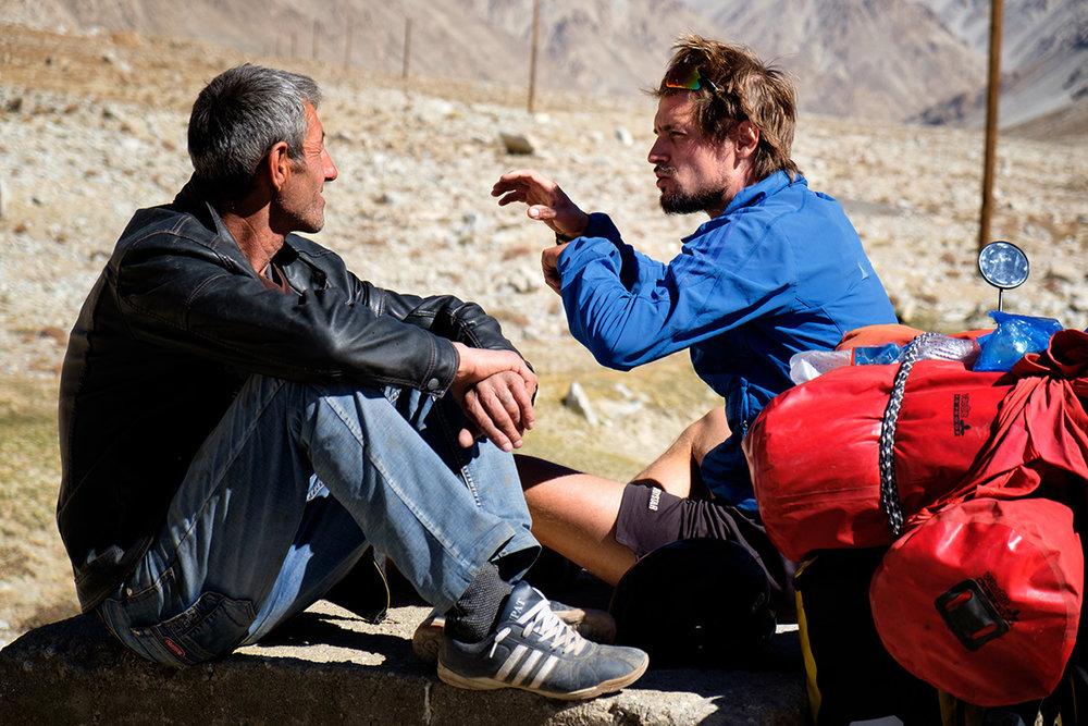 Mon ami Freddy au Tadjikistan, en train de se tourner les mains pour expliquer que l'on voyage à vélo. « Velociped, velociped ! »