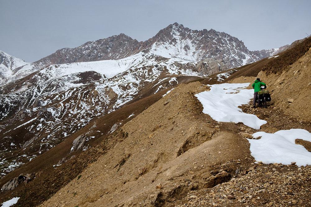 Les kilomètres se font parfois bien plus lentement, comme dans cette longue montée au Kirghizistan.
