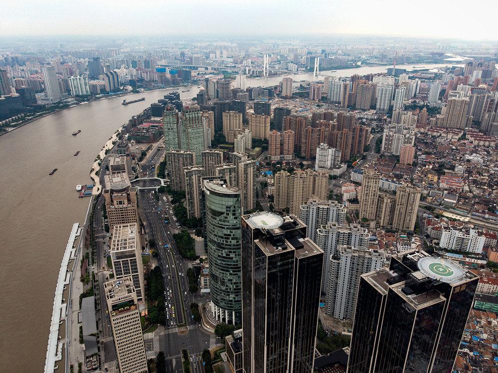 Shanghai : ville immense, tout en hauteur, et très peuplée.