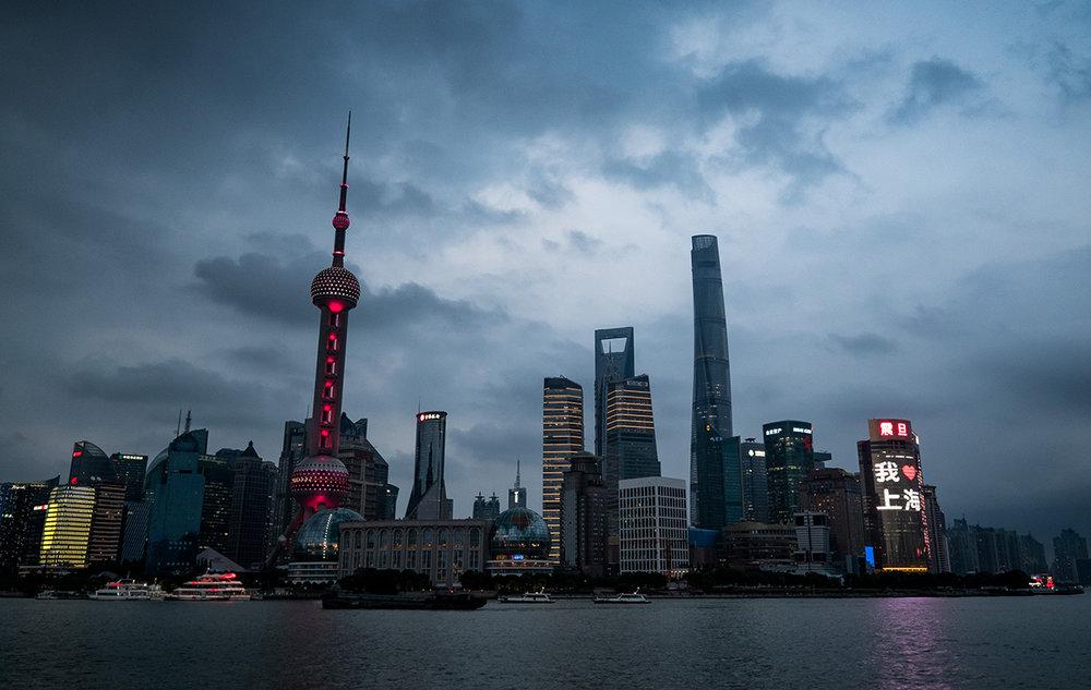 La nuit tombe sur le quartier de Pudong et ses nouveaux gratte-ciel.