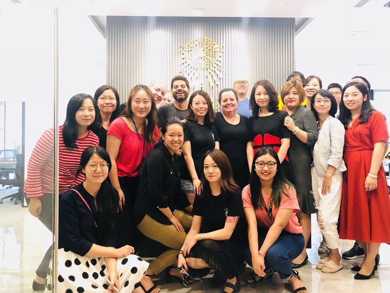 Entouré des employés chinois du Cirque du Soleil et de quelques-uns de leurs partenaires, après ma présentation.