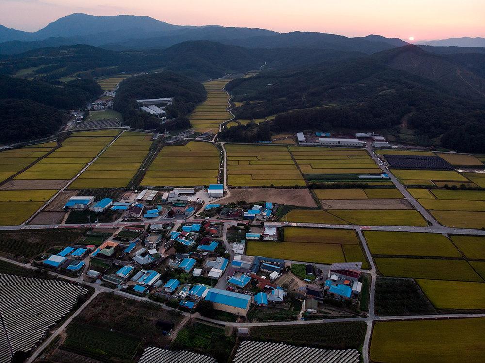 Village agricole au pied des montagnes.