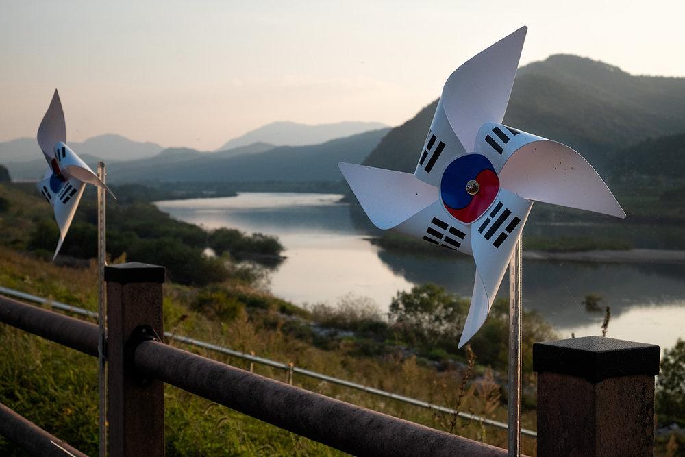 Des girouettes aux couleurs du drapeau sud-coréen tourne en bordure du fleuve Han.