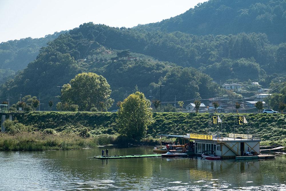 Centre public de ski nautique installé sur une rivière près de Séoul.