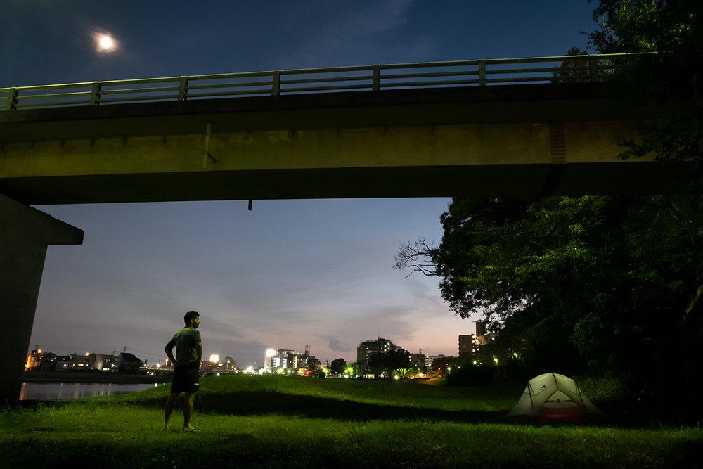 Sous un pont en bordure d'une voie piétonne qui longe une petite rivière à Okayama.