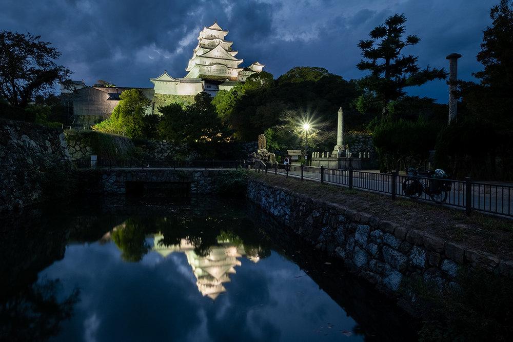 Réflexion du château d'Himeji dans le fossé l'entourant.