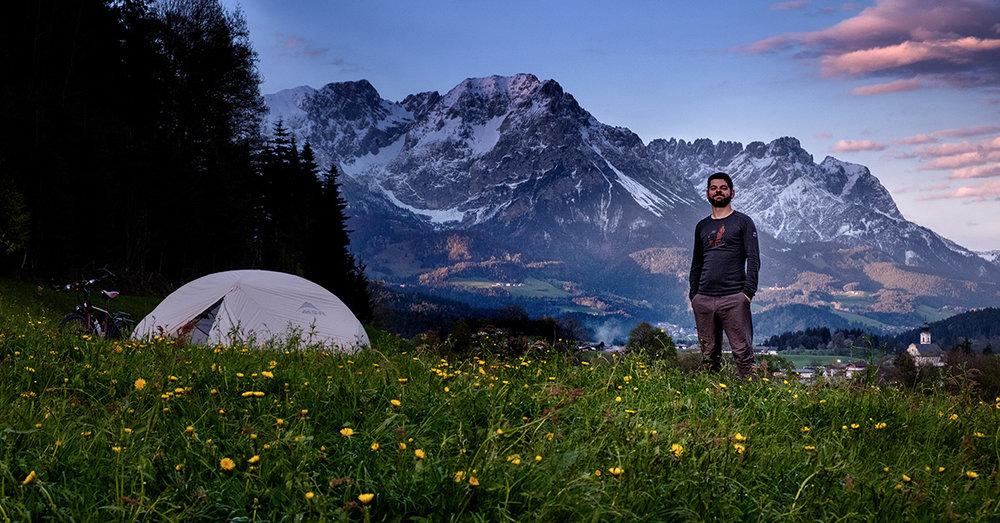 Les cimes enneigées, l'herbe grasse, le village pittoresque en arrière plan : c'est toute l'Autriche en une seule image.