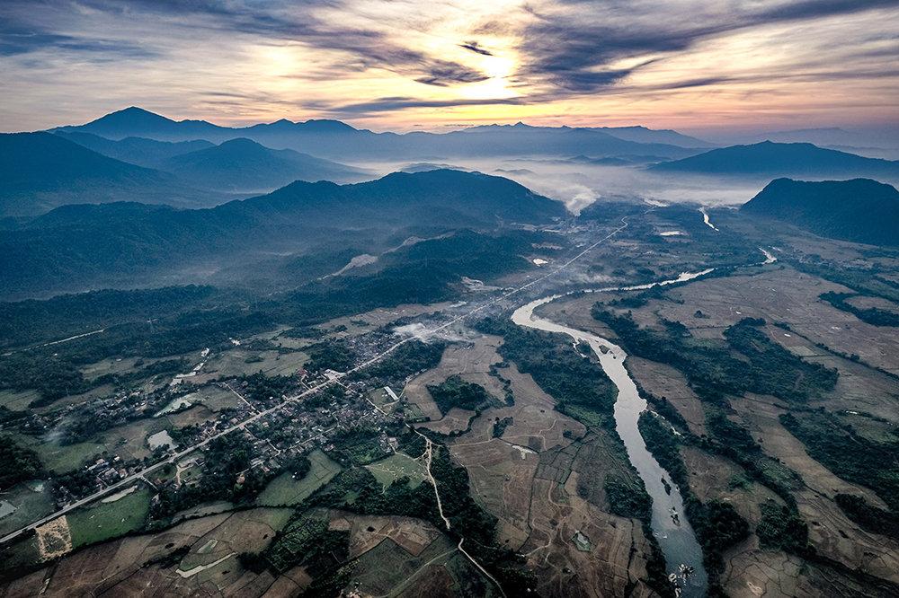 Du haut d'une montgolfière au-dessus du village de Vang Vieng au Laos.
