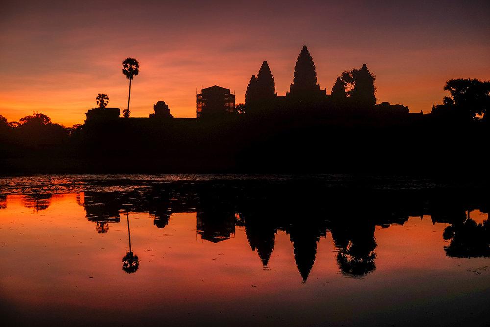 Le célèbre temple d'Angkor Wat au Cambodge, à l'aube.