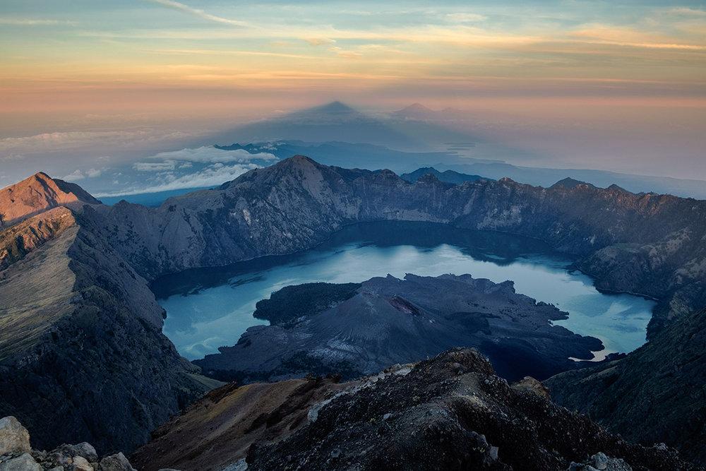 Le cratère du volcan Rinjani, sur l'île de Lombok en Indonésie.