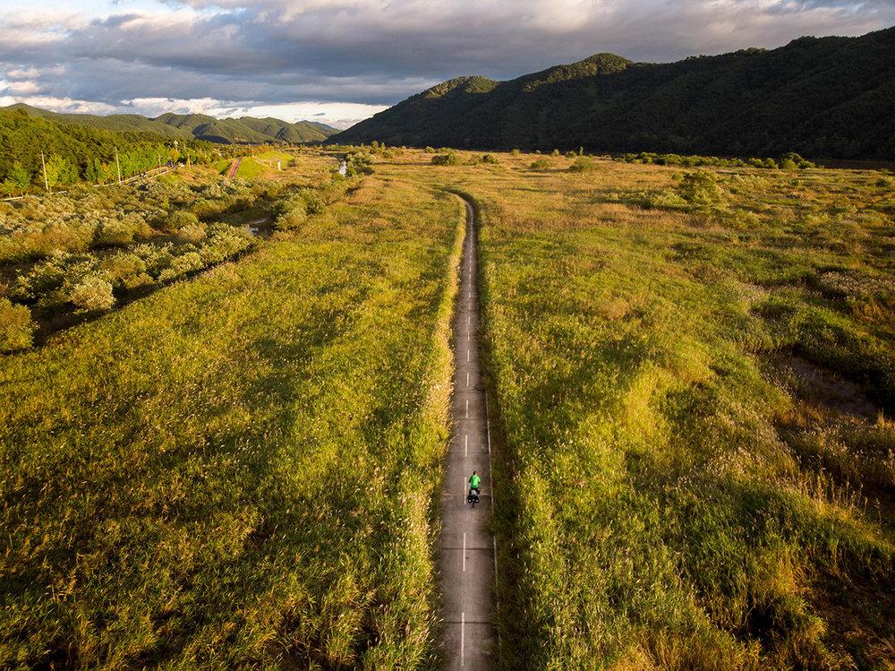 La fameuse piste cyclable des 4 rivières, passant ici à travers champs en Corée du Sud.