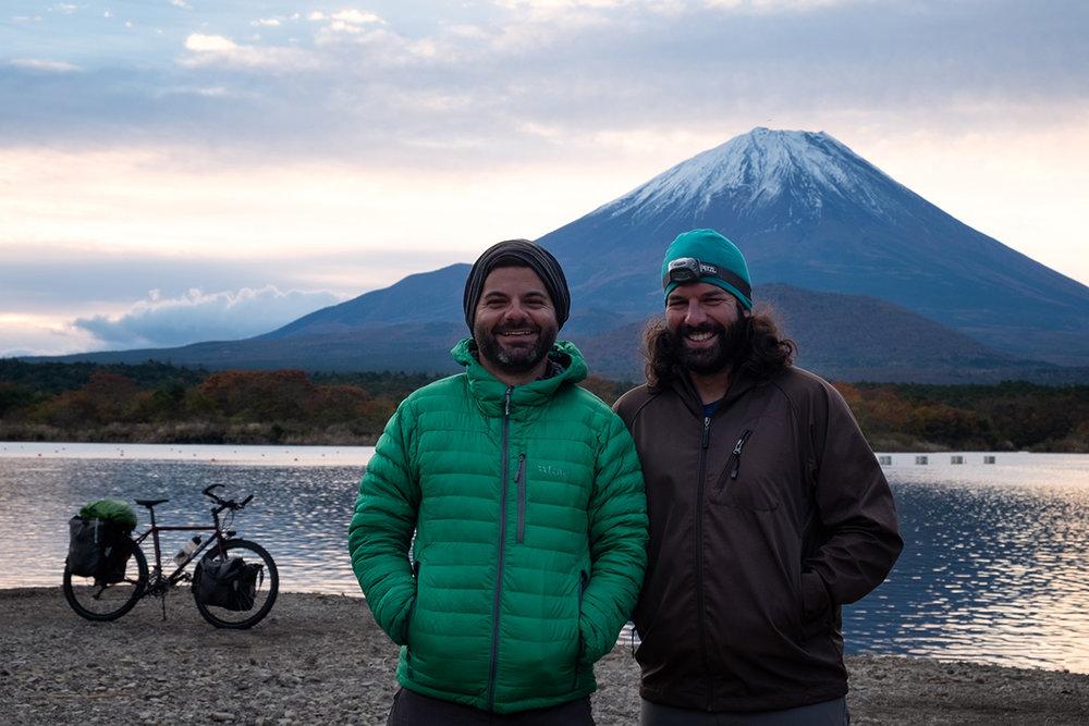 Jonathan et Mathieu devant le photogénique Fuji.