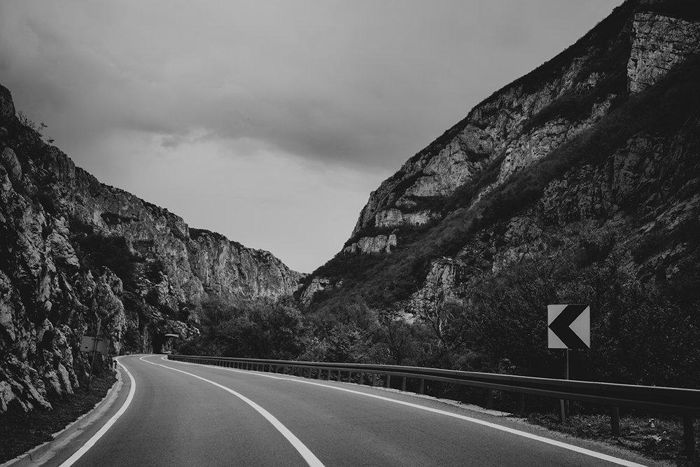 Une belle route aux accotements parfois limités en Serbie.