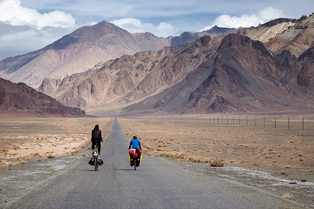 La longue route dans les montagnes du Pamir, au Tadjikistan.