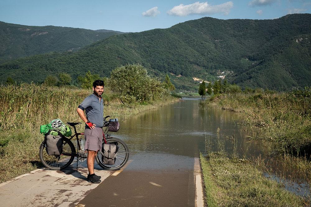 La rivière a envahi la piste cyclable durant un typhon coréen.
