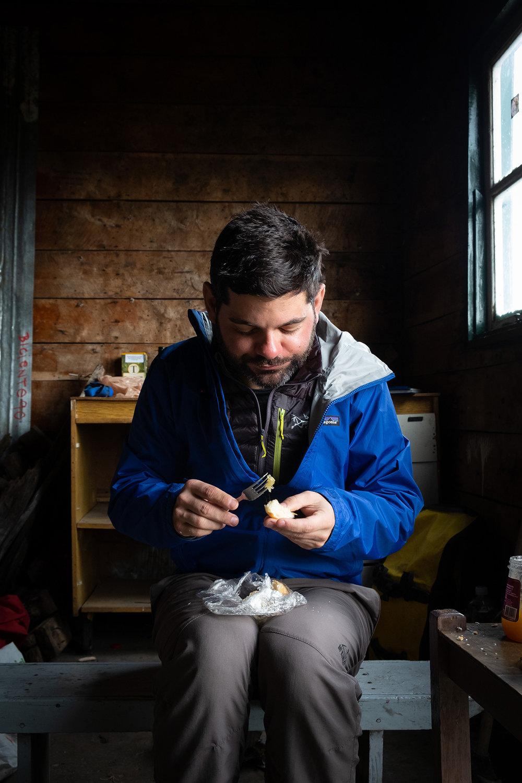 Manger dans une cabane abandonnée en Argentine.