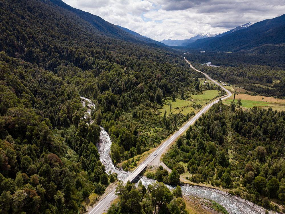 La route maintenant asphaltée est agréable à travers la forêt et d'une rivière à l'autre.