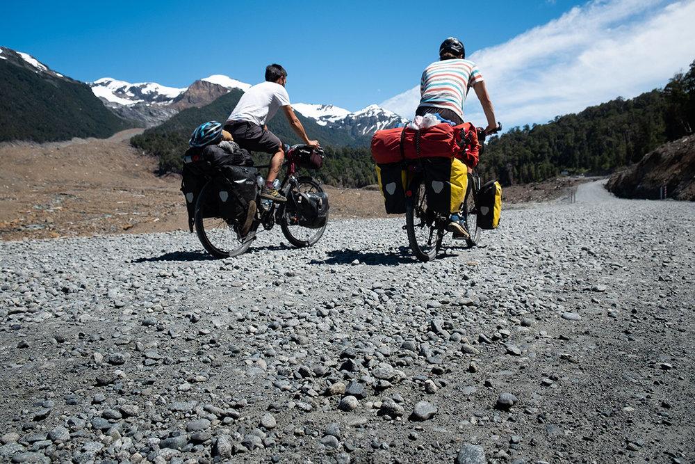 Davide et Freddy roulant sur la « nouvelle » route toujours en reconstruction.