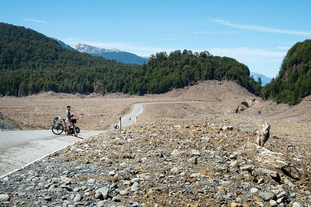Près de Villa Santa Lucia, les piles de débris remplacent toujours la forêt.