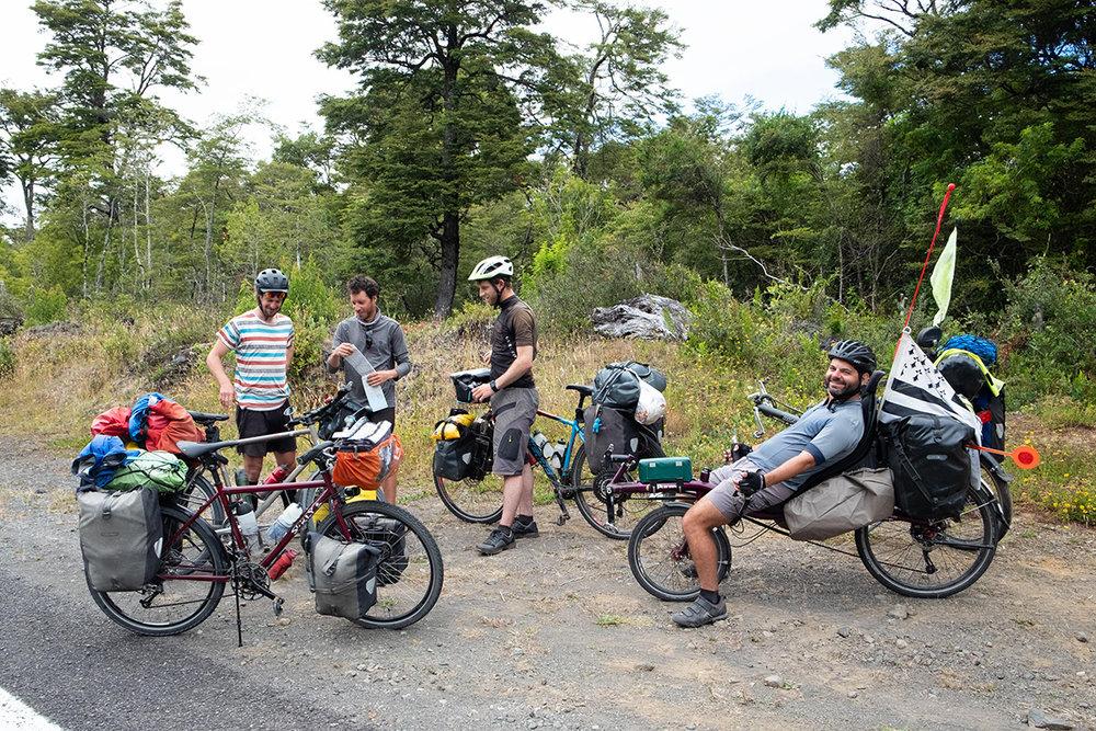 Nous rencontrons quelques Français sur la route, dont un couple de Bretons en vélo couché. Je me fais un plaisir d'en essayer un !