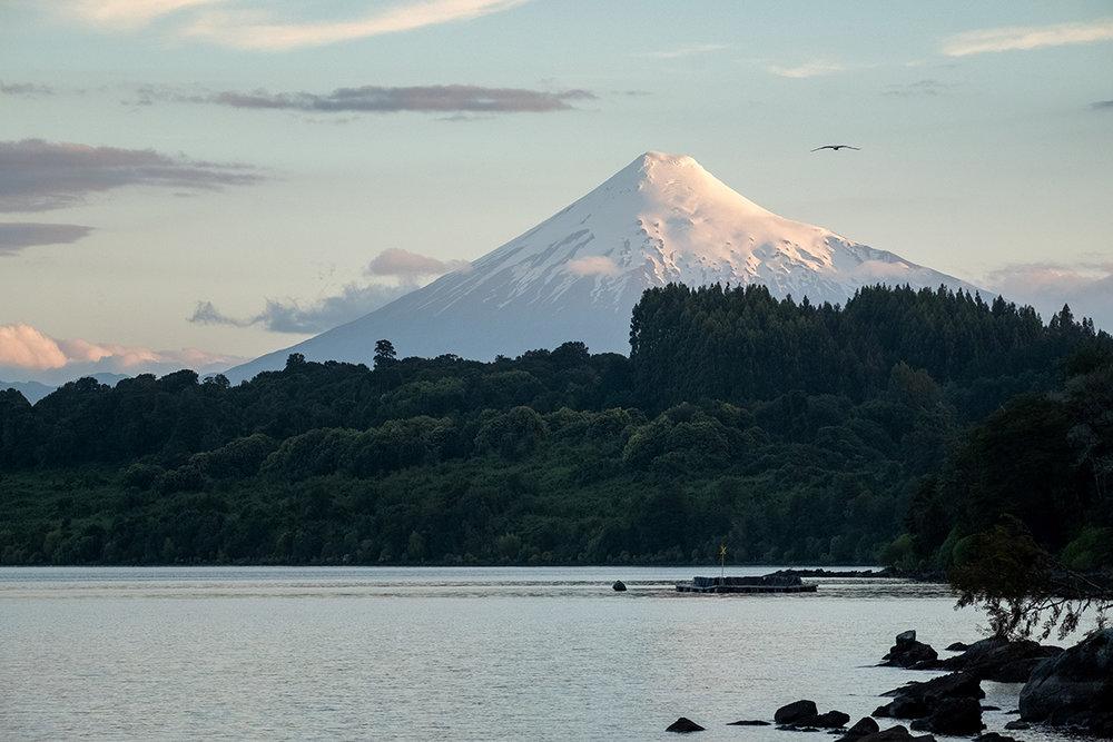 Le Volcan Puntiagudo sur les bords du lac Rupanco.