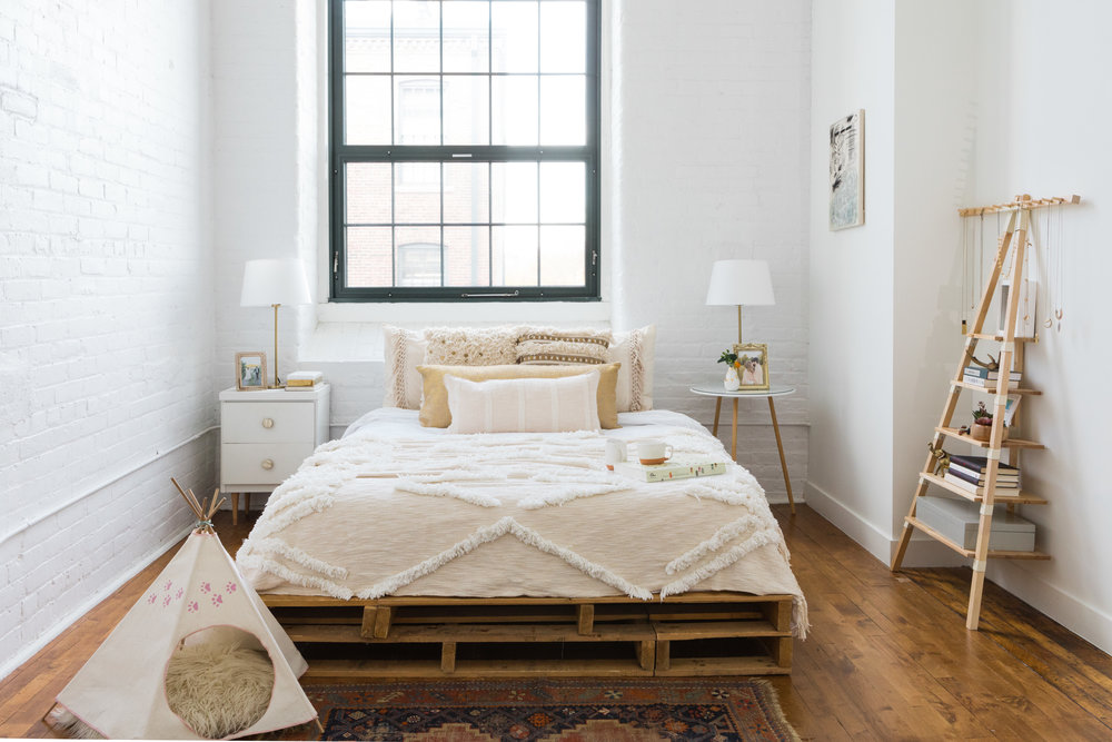 The Expert Pairing Of Calm Design And Showstopping Pieces Continues In Bedroom Courtney Commutes To Boston For Her Day Job This Room Is