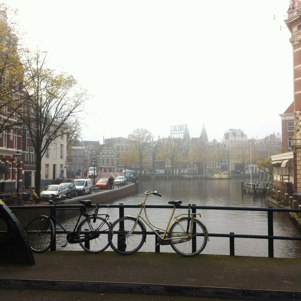 Met de benenwagen onderweg naar het stadhuis om m'n paspoort op te halen! Amsterdam is nog in de mist. Wat ben je mooi.