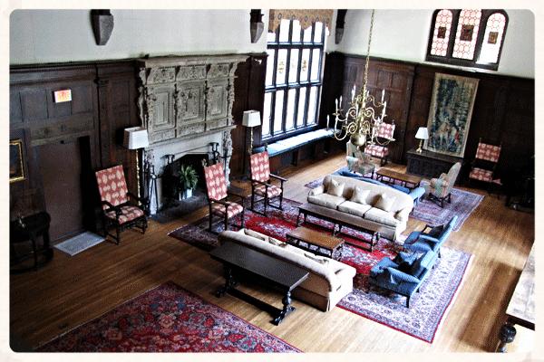 The Great Hall: onze woonkamer. En ja dat is een echte openhaard! :)