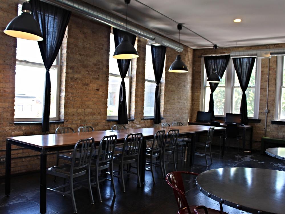 De lange tafel in the common room op de bovenste verdieping.
