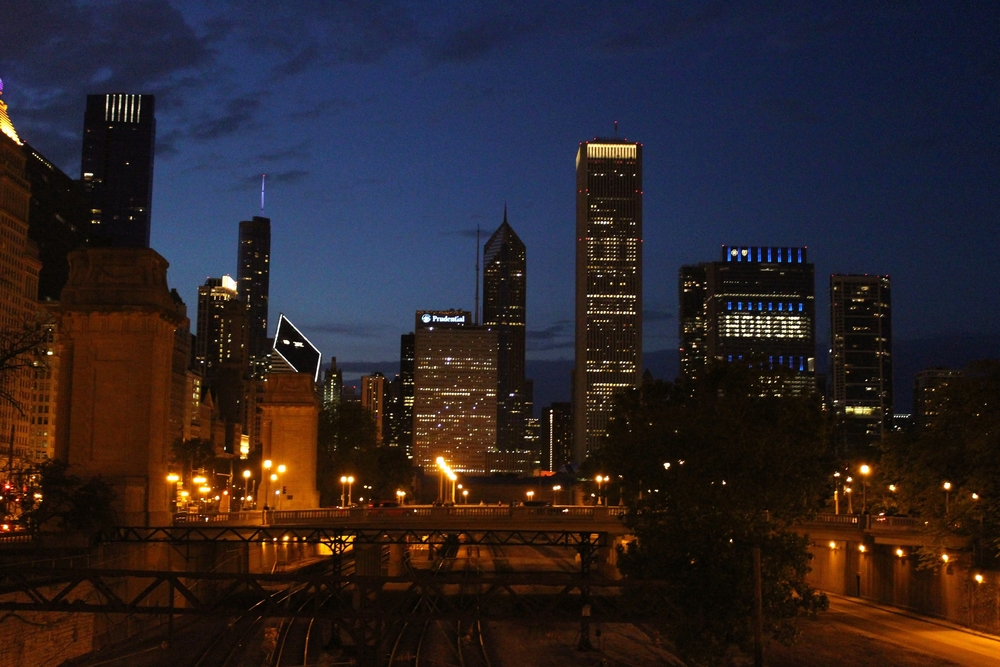 """Chicago by night, """"Honor the Fallen"""" staat er op een gebouw, om de gevallen soldaten te herdenken op Memorial Day."""