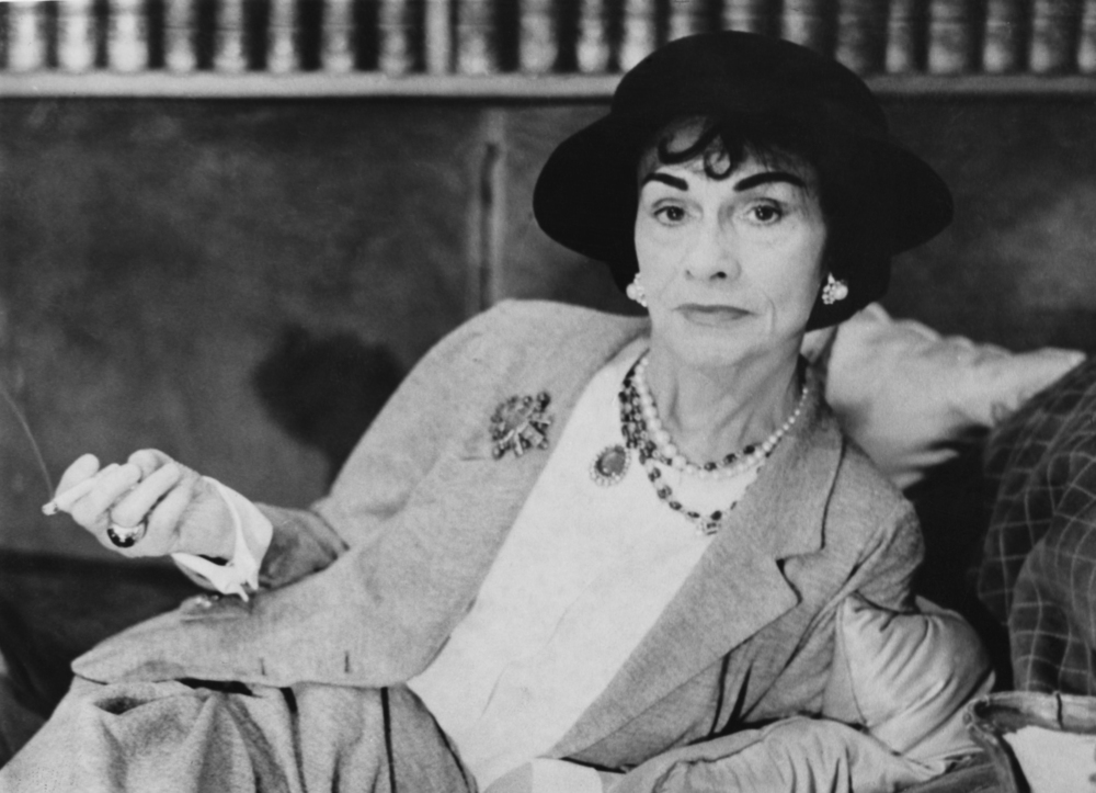 6b86568798f In 1925 she introduced the now legendary Chanel suit with collarless jacket  and well-fitted skirt. Another revolutionary design was Chanel s little  black ...
