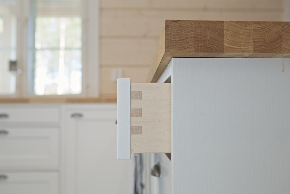 Puun käyttö rakenteissa tuo laatikostoihin ja kaappeihin jykevyyttä ja kauneutta. Perinnekeittiön vanhaa tyyliä voidaan korostaa tai häivyttää vedin-, ovi- ja tasovalinnoilla.