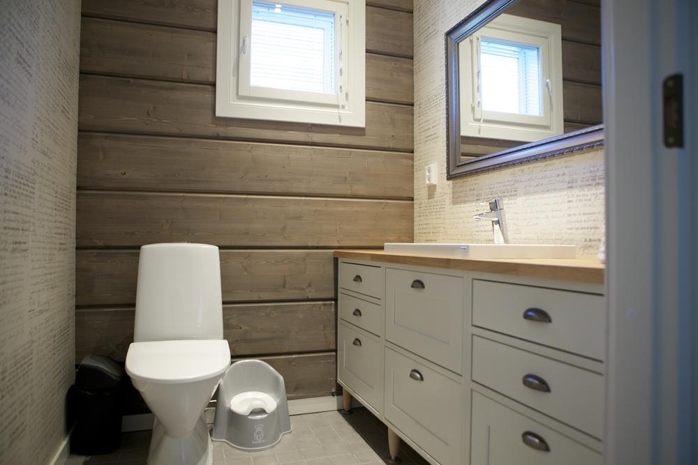 Perinnerakentaminen voidaan luonnollisesti ulottaa kaikkiin talon säilytystiloihin; samalla runkotekniikalla valmistuu myös käytäväkaapistot tai WC:n allaskaapistot. Näyttävää, pitkäikäistä ja toimivaa.