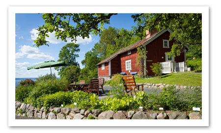 Bokning:                                  via Booking.com   Denna tidstypiska stuga har en underbarutsikt över Vättern och en omfattande fruktträdgård med 350 träd och egna bikupor. Boendet ligger 10 km från Jönköping och har en privat uteplats.  Brunstorps gård Bränneriet har ett eget kafé, som serverar snacks och lättare måltider under högsäsong. Det finns en restaurang 1,5 km bort, och i Jönköping och Huskvarna finns en rad olika matställen.  I området erbjuds aktiviteter som vandring och fiske, och det finns en golfbana 8 km från stugan.