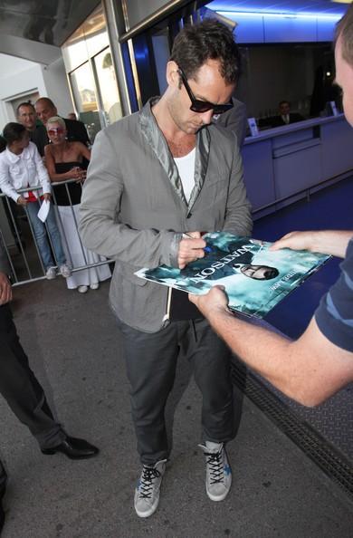 Jude-Law-Kolor-Jacket-Golden-Goose-Francy-Sneakers-2.jpg