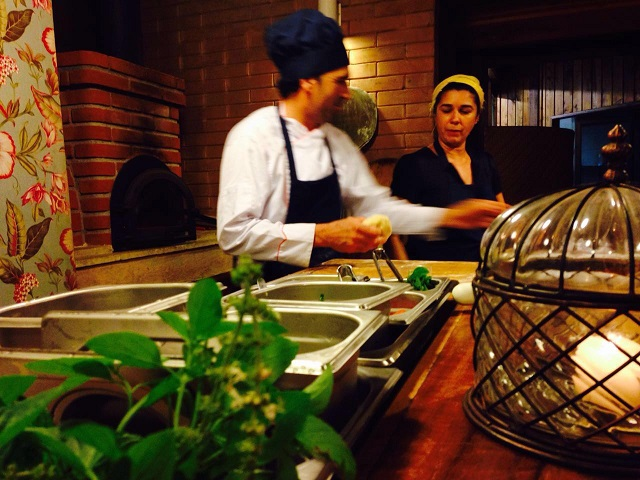 Os pratos são preparados dentro dos conceitos sustentáveis do hotel pelo Chef Residente Santana e com a consultoria da Chef Daniela França Pinto (Marcelino Pan y Vino, Cordel Gastronômico e Cortês Restaurante).