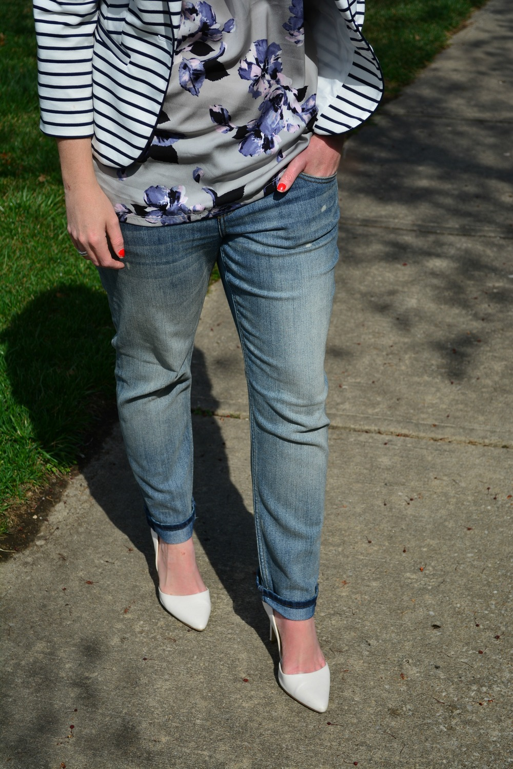 Boyfriend jeans and white pumps
