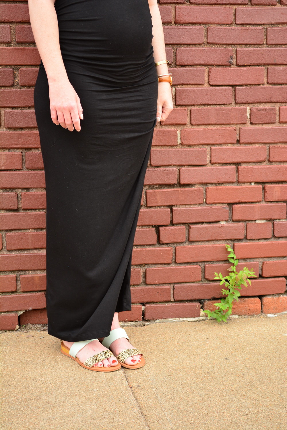Black maxi dress with belt for a easy maternity look