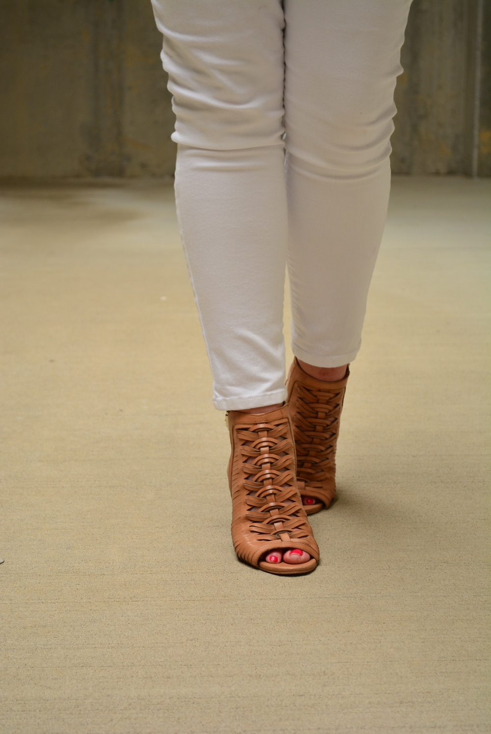 White jeans + Brown sandals for a casual #summeroutfit