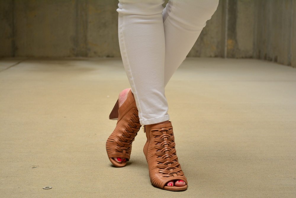 White skinny jeans with brown sandals for summer