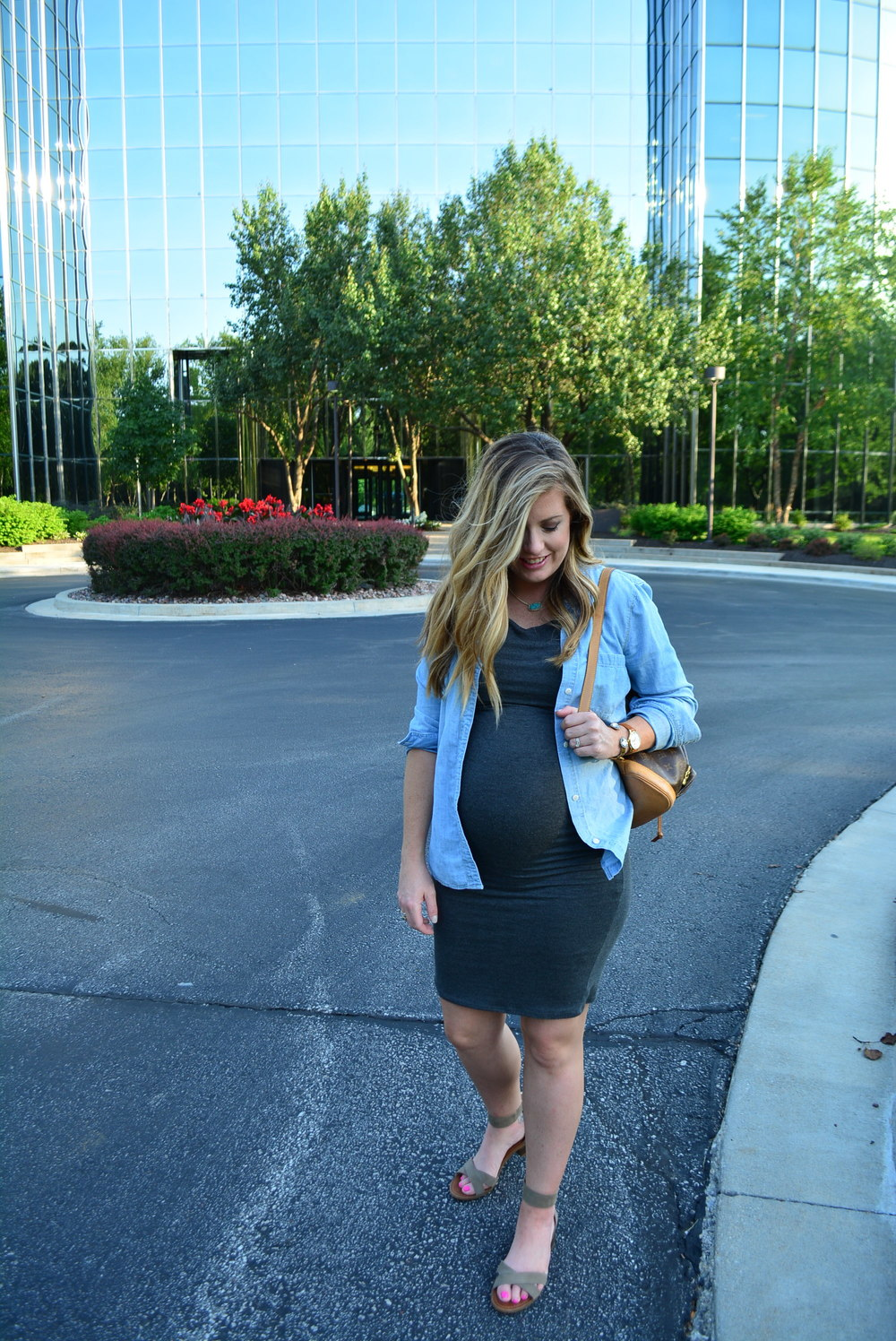 Chambray shirt and fitted dress for summer #maternityoutfit